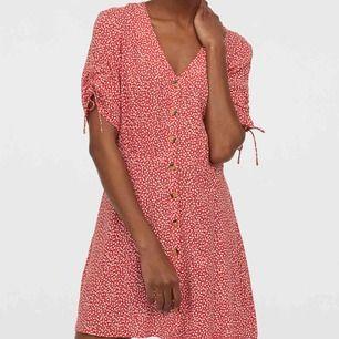 Superfin somrig klänning från H&M. Helt ny med lappar kvar. Storlek 40, men passar även 38 (M).  Liten fraktkostnad på 36kr betalas av köparen💌 Samfraktar gärna, om de är något annat du vi ha ❣️