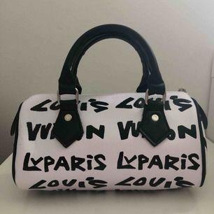 Säljer en riktigt snygg Bootleg handväska som är en kopia från Louis Vuitton. Väskan är i gryms skick och bra kvalitet