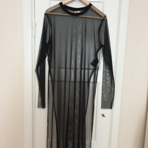 Lång transparant tröja med slits på sidorna. Aldrig använd. Köparen står för eventuell frakt!