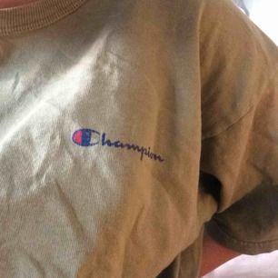 Champion tshirt i storlek XL, passar oversized på mindre storlekar