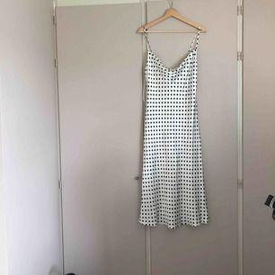 En prickig klänning köpt 17/5 i fel storlek. Därför kommer jag att lägga ut till originalpris