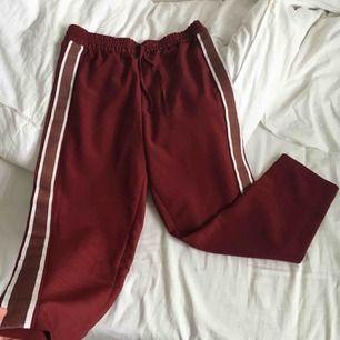 Helt nya röda byxor från Monki🌸 Har ej swish så kan bara ta emot kontanter, möts upp inom stockholm eller hämtas i vällingby🌸