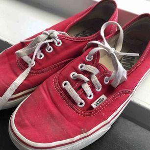 Röda vans, använda en del men fortfarande i ganska bra skick. Har ett litet hål på ena skon men inte jättesynligt. Storlek 38