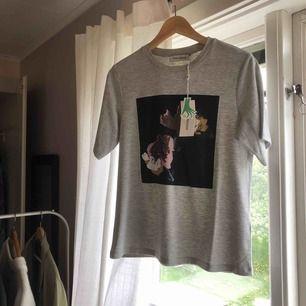 En T-shirt från Carin Wester, aldrig använd och lapp är kvar.