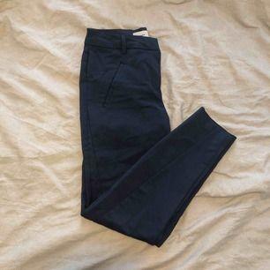 Marinblåa kostymbyxor ifrån Vero Moda. Storlek xs/32 i längden.