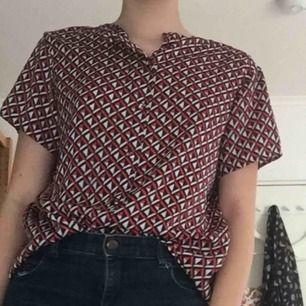En jätte gullig blus med fina knappar. Jag har aldrig använt blusen. Jag kan antingen träffas i Uppsala eller frakta, frakt kostar 50kr extra.💕