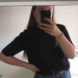 T-shirt med lite längre ärmar från hmxeytys, storlek xxs. Köpt för ett par månader sedan men knappt använd