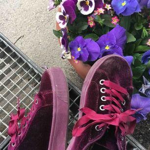 As fina mocka skor från zalando, har lite plattform! Har ej swish så kan bara ta emot kontanter, möts upp inom stockholm eller hämtas i vällingby🌸