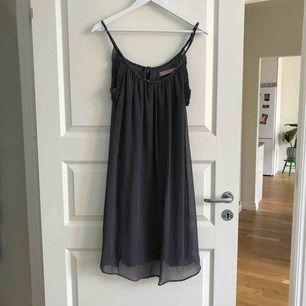Superfin gråblå klänning från Culture. Använd endast 1 gång. Köparen står för frakten