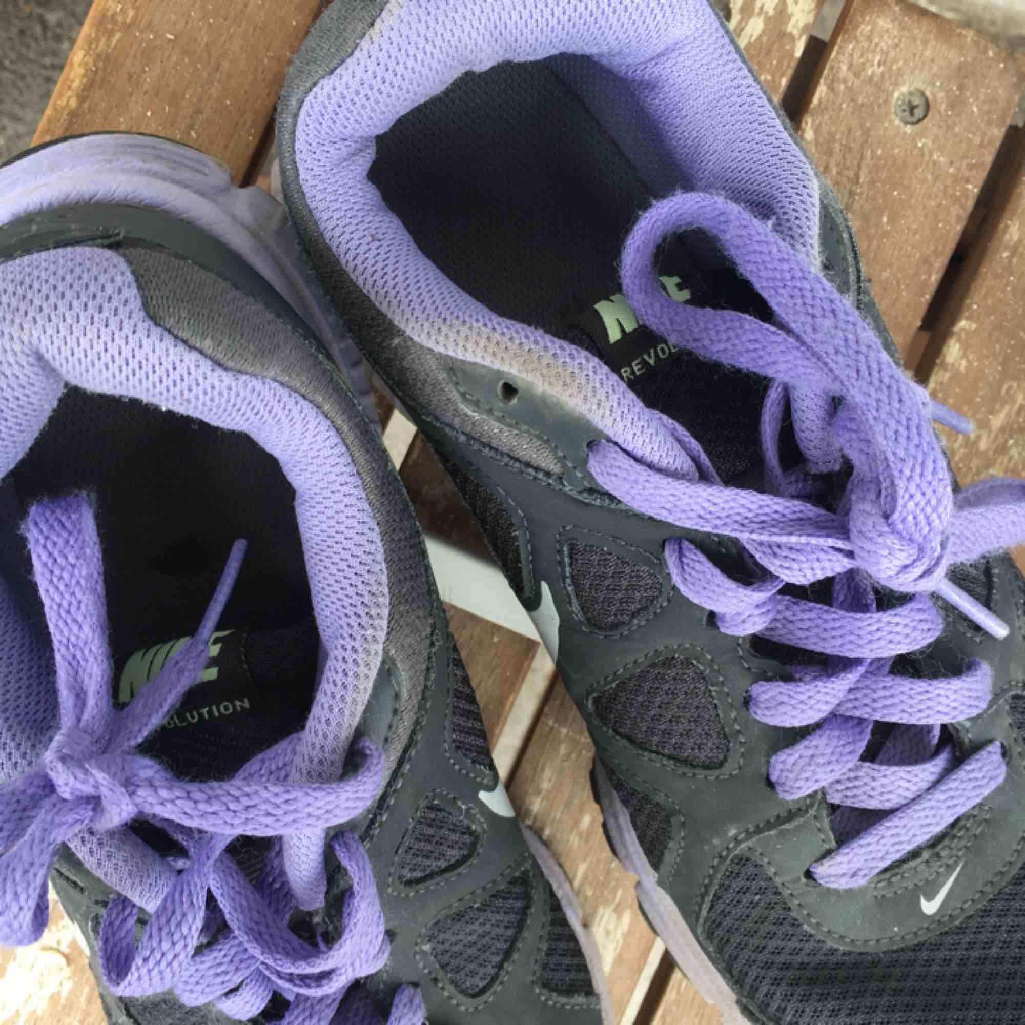 Lila Nike skor💖 Har ej swish så kan bara ta emot kontanter, möts upp inom stockholm eller hämtas i vällingby🌸. Skor.