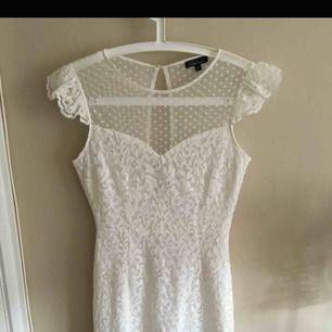 Vit spetsklänning från MQ, i mycket fint skick då den endast är använd vid ett tillfälle