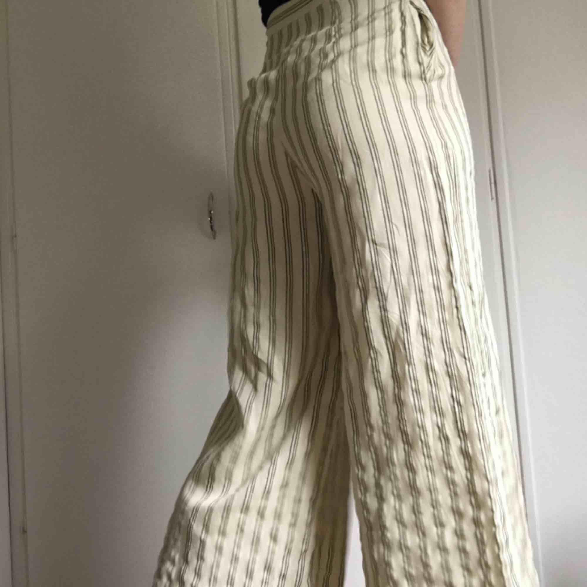 Vida beiga och gröna byxor från H&M. Aldrig kommit till användning och det finns inga fel med dem alls. Frakten ingår ej i priset och jag tar swish. . Jeans & Byxor.