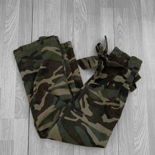 Högmidjade militär knytjeans från NA-KD storlek 34. Ankeljeans, passar mig som är 160 som vanliga jeans. Frakt kostar 55kr extra, postar med videobevis/bildbevis. Jag garanterar en snabb pålitlig affär!✨ ✖️Fraktar endast✖️