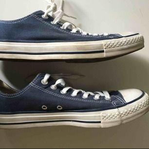 Låga, marinblå Converse köpta för ett par år sedan och knappt använda. Frakt ingår inte i priset utan läggs till och jag tar swish!
