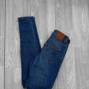 Supersköna högmidjade jeans från weekday, mjukt material. Storlek W24/L30. Nypris 500kr. Frakt kostar 55kr extra, postar med videobevis/bildbevis. Jag garanterar en snabb pålitlig affär!✨ ✖️Fraktar endast✖️