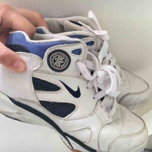Nike sneakers / skor. Gammal design från 90s Har ej swish så kan bara ta emot kontanter, möts upp inom stockholm eller hämtas i vällingby🌸