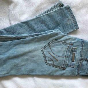 """Fornarina jeans stl 26"""" midja, innerbenlängd ca 79cm. Stora låga dubbelfickor, låg midja. Skinny fit i stretch. Ljus tvätt och reva över höger knä."""