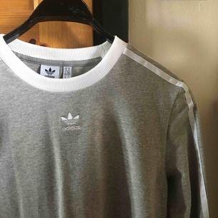 Säljer en grå, långärmad tröja från adidas i storlek M. Använd max en gång så skicket är helt nytt! Köparen står för frakt vilket ligger på 30 kr :) (fler bilder finns om det önskas)
