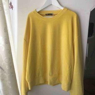 Säljer denna gula tröja ifrån Zara pågrund av att den ej kommit till användning. Frakt tillkommer, hör av er om ni är intresserade💓💕💞