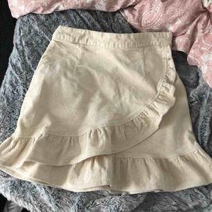 Säljer denna benvita kjol ifrån Bikbok pågrund av att den ej kommit till användning. Frakt tillkommer, hör av er om ni är intresserade💓💕💞