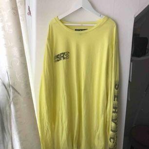 Säljer denna gula tröja ifrån Carlings pågrund av att den ej kommit till användning. Frakt tillkommer, hör av er om ni är intresserade💓💕💞