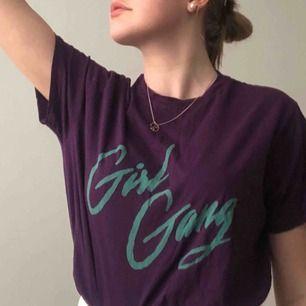 As ball lila t-shirt från /STAY/ i bra skick ( köparen står för frakt och plagget tvättas alltid innan det skickas iväg🌸 )