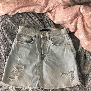 Säljer denna jeanskjolen ifrån bikbok pågrund av att den ej kommit till användning. Frakt tillkommer, hör av er om ni är intresserade💓💕💞