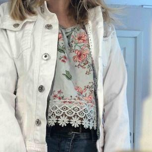 En vit jeansjacka /sommarjacka  med lite blåa prickar inuti aldrig använt