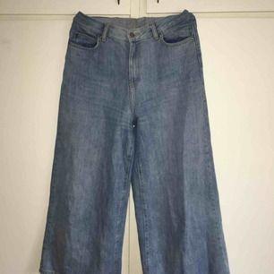 Vida, korta jeans som sitter tajt vid midjan men väldigt löst vid benen. Väldigt snygga jeans som tyvärr inte kommer till användning. Frakt ingår i priset och jag tar swish.