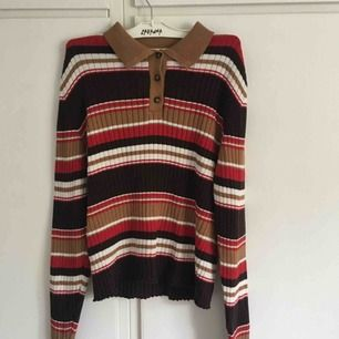 Långärmad, randig tröja från Monki. Aldrig använd och är i väldigt fint skick. Frakten ingår i priset och jag tar swish.