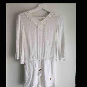 Fin jumpsuit till sommaren! Kan användas både till vardags, fest och middagar. Nypris: 299kr Betalning sker via Swish! Frakt står köparen för.