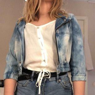 Vanlig jeansjacka me sökte kortare armar, passar bra på sommaren. Aldrig använt