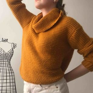 Jättefin och söt stickad tröja i currygul färg säljer för att den är för kort i armarna. Aldrig använd nästan helt ny! ( köparen står för frakt och plagget tvättas alltid innan det skickas iväg🌸 )