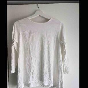 En oanvänd tröja som legat nerpackad i en låda. Nypris: 250kr Betalning sker via Swish! Frakt står köparen för.