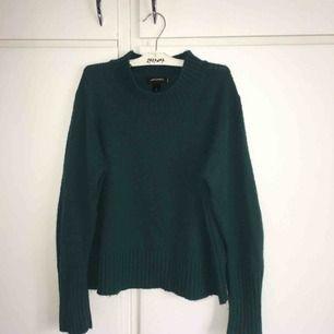 Stickad, grön tröja från Monki. Inte använd på väldigt länge och i bra skick. Frakt ingår i priset och jag tar swish.