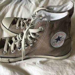 Höga, gråa Converse som knappt är använda. De har blivit för små för mig så det finns inga fel på dem. Frakt ingår inte i priset utan läggs till och jag tar swish.