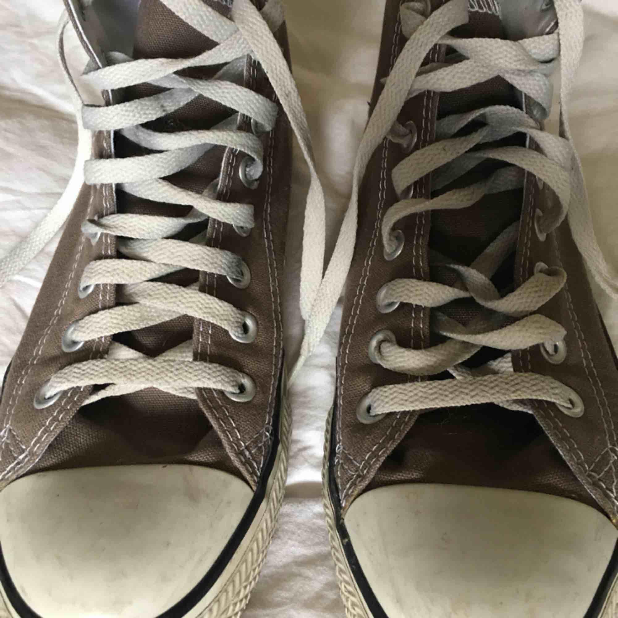Höga, gråa Converse som knappt är använda. De har blivit för små för mig så det finns inga fel på dem. Frakt ingår inte i priset utan läggs till och jag tar swish. . Skor.