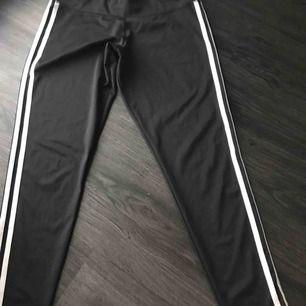 Svarta tights från Adidas, använd ett fåtal gånger