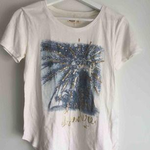 Fin t-shirt från Hollister, perfekt till sommaren! Nypris: ca 180kr Betalning sker via Swish! Frakt står köparen för. Knappt använd.