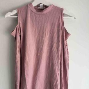 Jätte fin långärmad tröja med hål för axlarna. Nypris: 180kr Betalning sker via Swish! Frakt står köparen för.