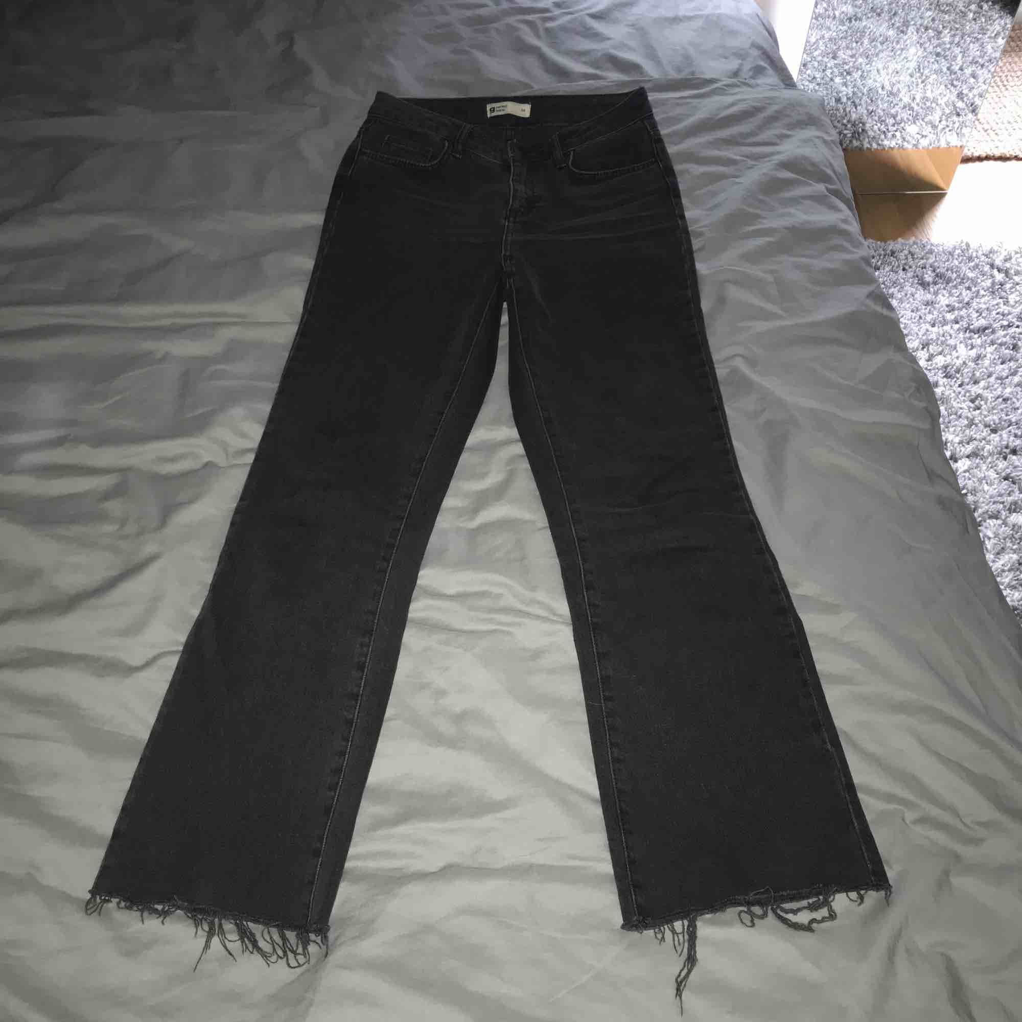 Svartgrå jeans från Ginatricot! För små så säljer! . Jeans & Byxor.