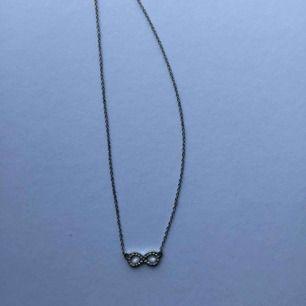 Fint halsband från Ur&penn! Betalning sker via Swish! Frakt står köparen för. Aldrig använt