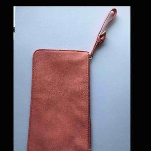 Fin liten plånboksväska! Nypris: 150kr Betalning sker via Swish! Frakt står köparen för.