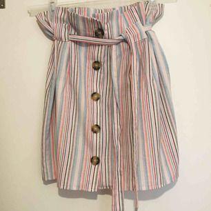 Supersöt kjol som tyvärr är för liten för mig. Fint skick💓Köparen står för den lilla fraktkostnaden✨
