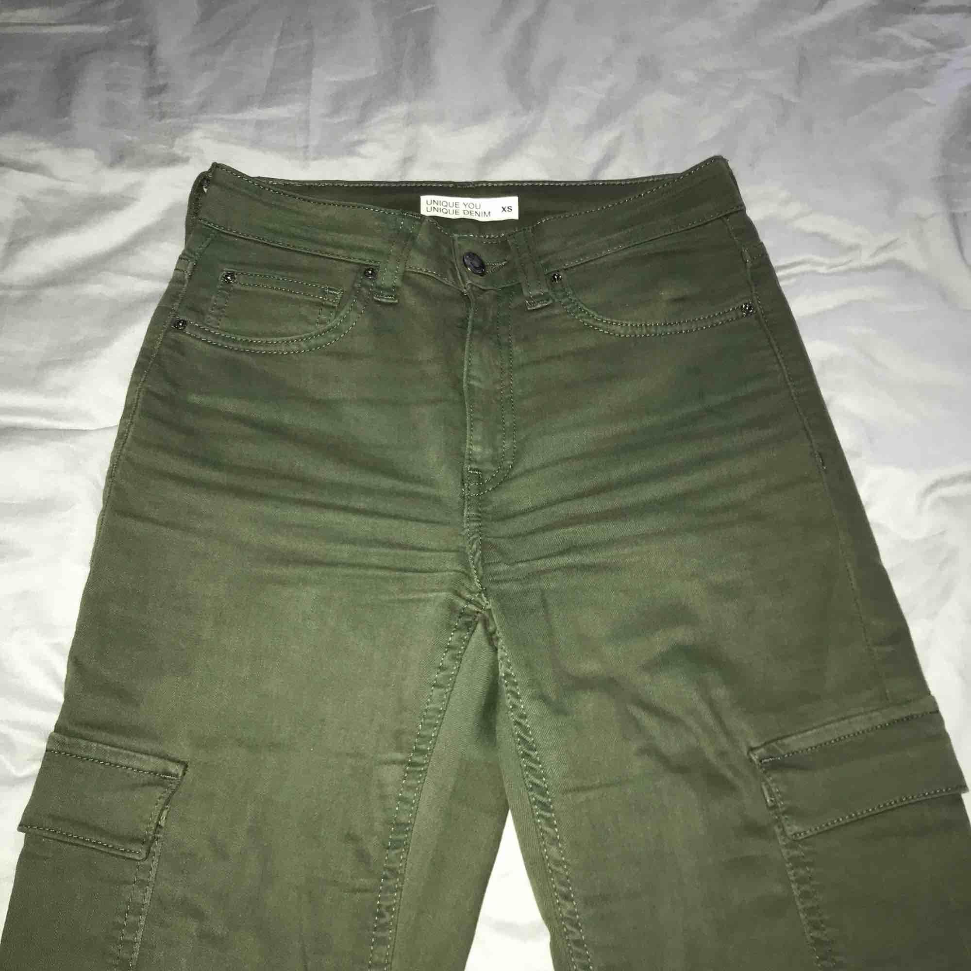 Gröna militär byxor från Cubus! För små så säljer!. Jeans & Byxor.