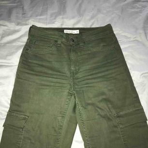 Gröna militär byxor från Cubus! För små så säljer!