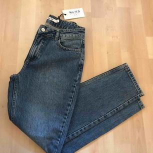 """Helt nya jeans från NA-KD. Aldrig använda, lappen sitter kvar, så är i superfint skick. Säljer p.g.a. Köpte i fel storlek. Jeans modellen heter """"Regular Hem Denim"""""""