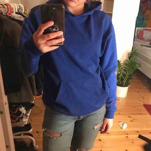 Blå hoodie från Carlings som är lagom i storleken, har dock inget snöre i luvan men de kan man enkelt lägga till! Frakt ingår🦋