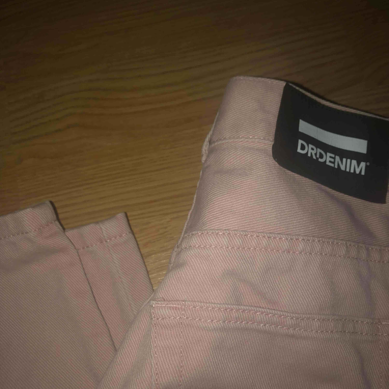 Högmidjade ljus rosa jeans, jätte fräcka och coola. Super snygga på men för stora i midjan på mig. Brukar ha S och super bra längd i benen. Skriv för fler frågor, frakt tillkommer . Jeans & Byxor.