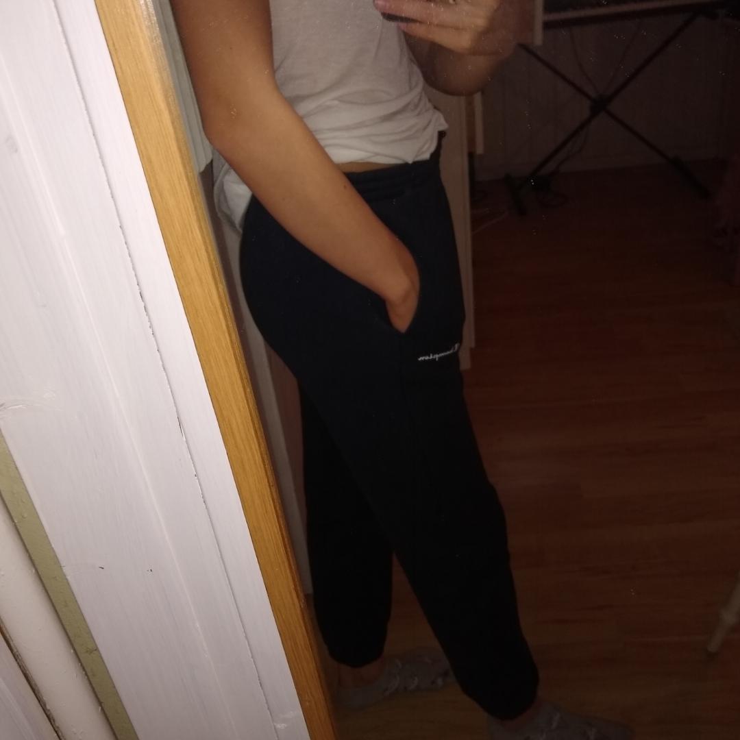 Mörkblå mjukisbyxor från champion. Barnstorlek L men på mig som är 163 cm (och har ganska långa ben lol) funkar längden. Använda men i fint skick, hör av dig om du har fler frågor! . Jeans & Byxor.